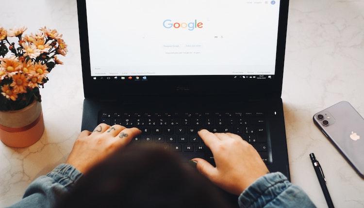 Google-Suche auf einem Laptop